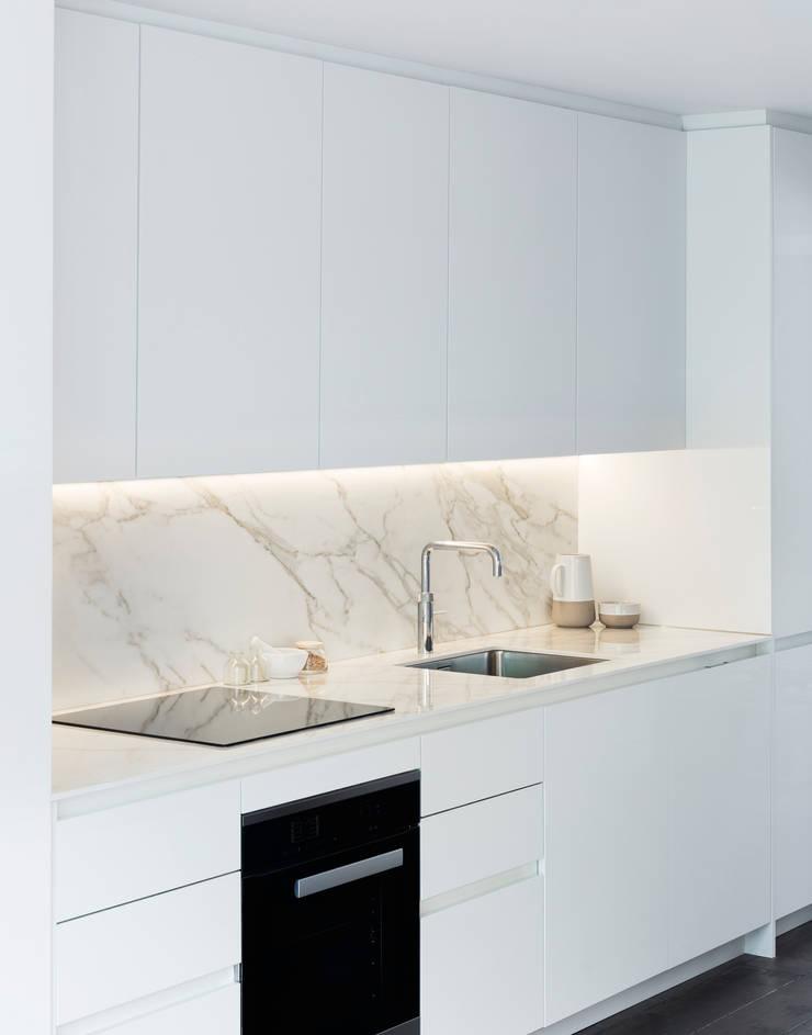 Кухни в . Автор – Brosh Architects, Модерн