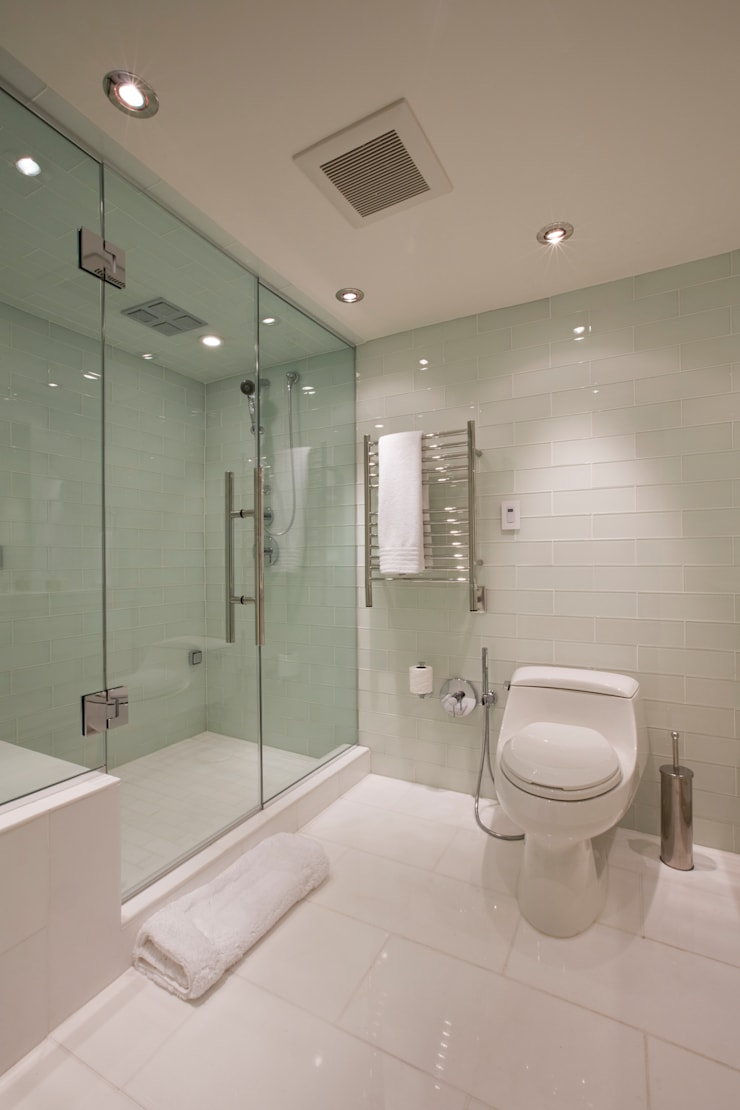 Flat on the Georgetown Canal: modern Bathroom by FORMA Design Inc.