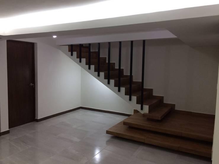 diseño de escalera: Pasillos y recibidores de estilo  por Crearqtiva
