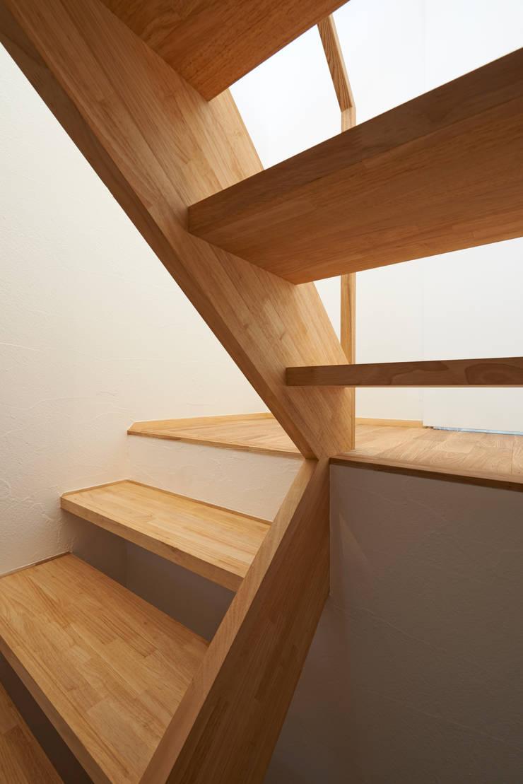 よろいばりの家: (有)菰田建築設計事務所が手掛けた廊下 & 玄関です。