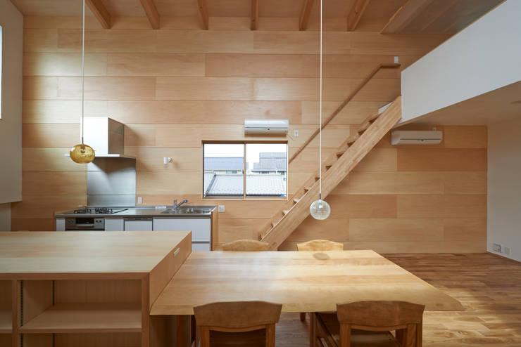 よろいばりの家: (有)菰田建築設計事務所が手掛けたダイニングです。