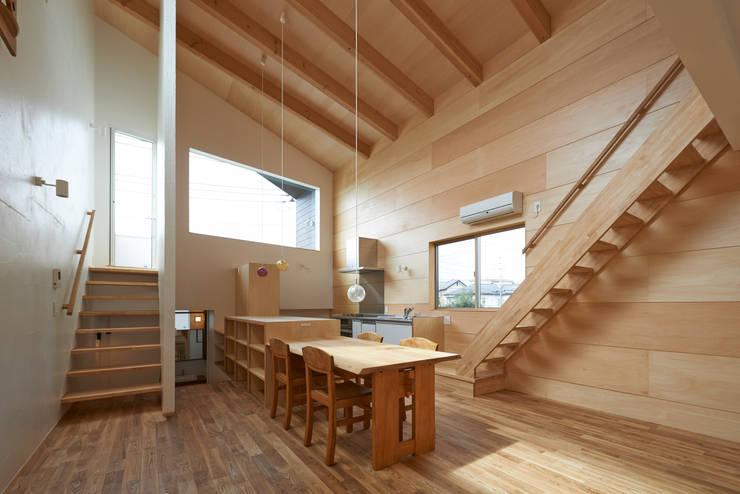 木の壁,木の天井: (有)菰田建築設計事務所が手掛けたキッチンです。
