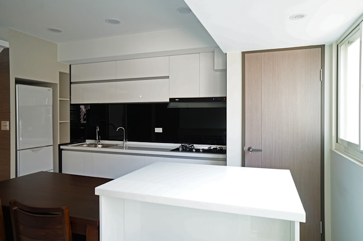 全室案例-台北市吳宅:  廚房 by ISQ 質の木系統家具