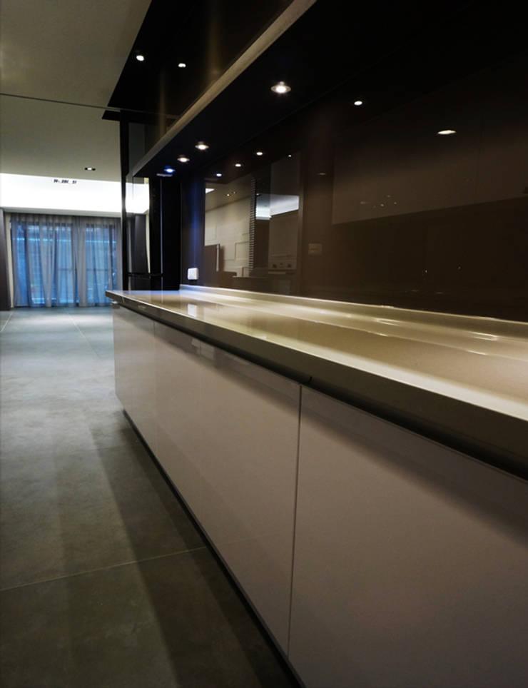全室案例-新北市林宅:  廚房 by ISQ 質の木系統家具
