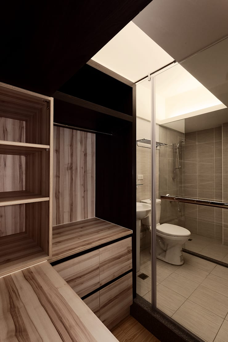 Bathroom by DS&BA Design Inc 伊國設計