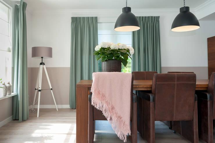 Woonhuis:   door CM Interieurarchitect, Landelijk Textiel Amber / Goud
