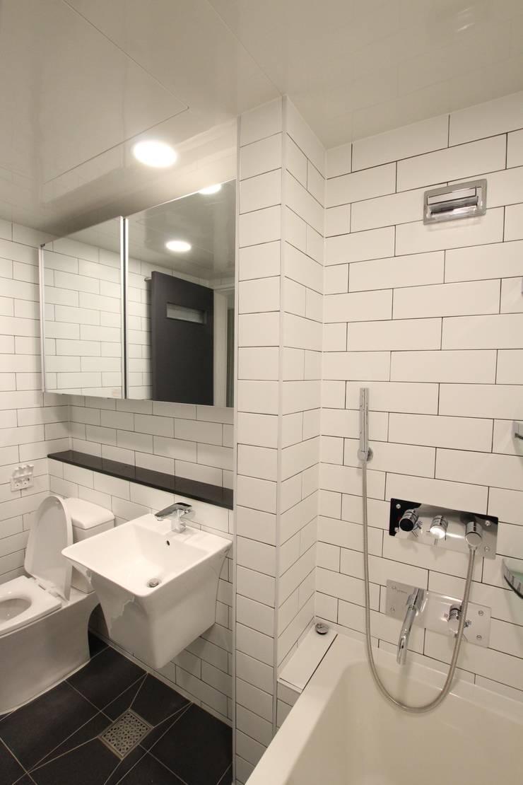 Salle de bains de style  par 인테리어 파란