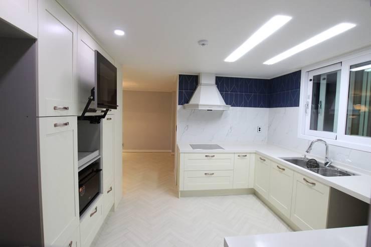 꿈마을 우성 56평: 인테리어 파란의  주방,모던