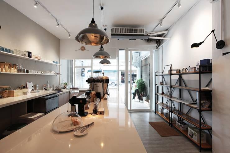 Urban Café:  商業空間 by 築一國際室內裝修有限公司