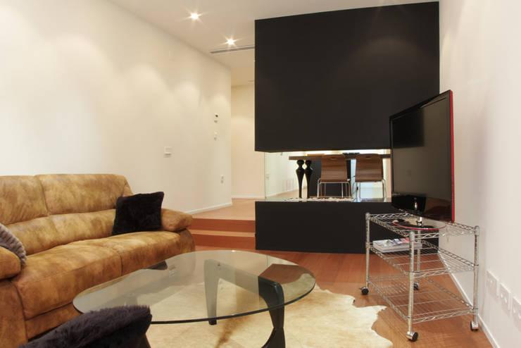 Apartamento JM: Comedores de estilo minimalista de ATYCO