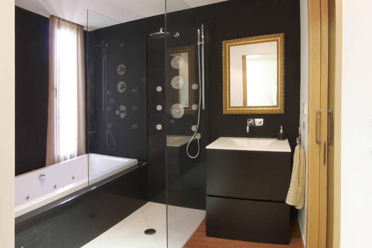 Baño Apartamento JM: Baños de estilo minimalista de ATYCO