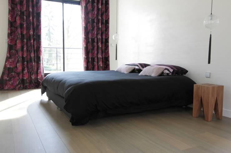 Camera da letto in stile  di h(O)me attitudes by Sylvie Grimal