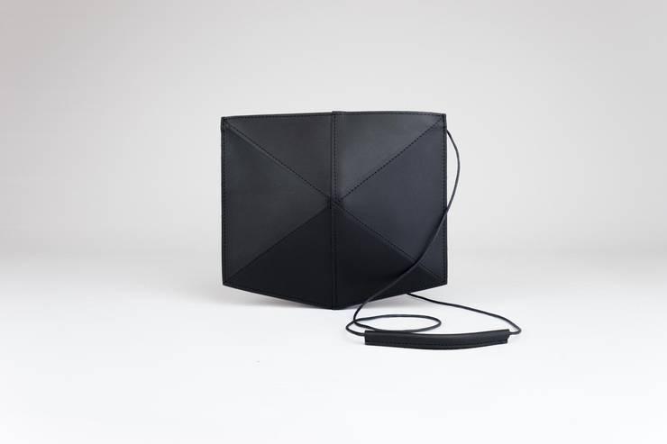 Mini Fold leather shoulderbag:  Kunst  door Zand-erover