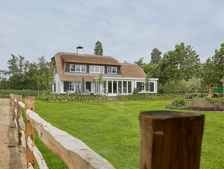 Landelijke witte woning met riet :  Huizen door Brand BBA I BBA Architecten
