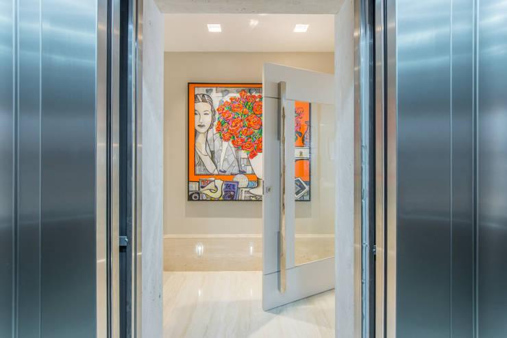 Corridor & hallway by Chris Brasil Arquitetura e Interiores