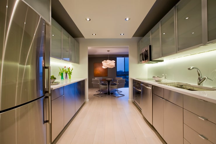 Flat in McLean, VA:  Kitchen by FORMA Design Inc.