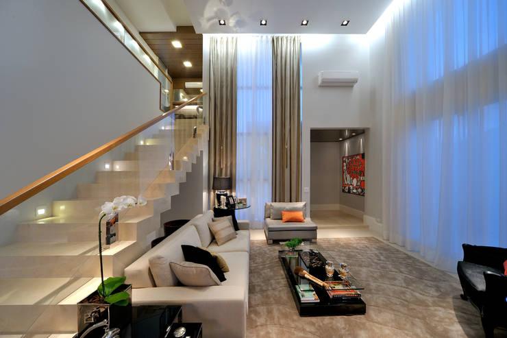 Living room by Chris Brasil Arquitetura e Interiores