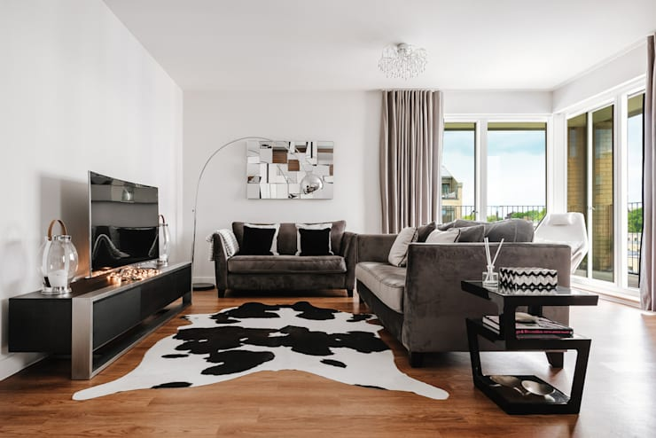 Living area-sitting zone:  Living room by Katie Malik Interiors
