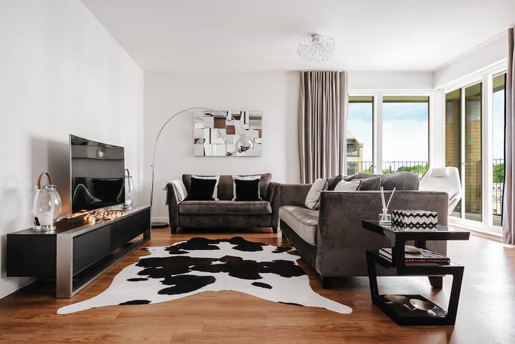 Salas / recibidores de estilo  por Katie Malik Interiors