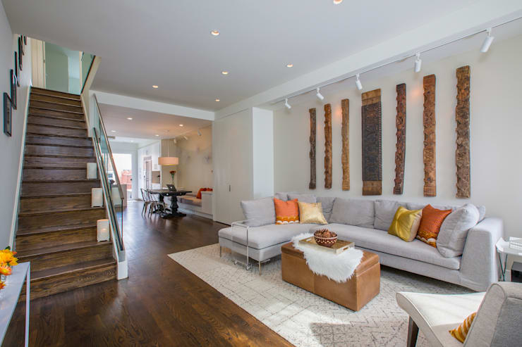 Shaw Rowhouse:  Living room by FORMA Design Inc.