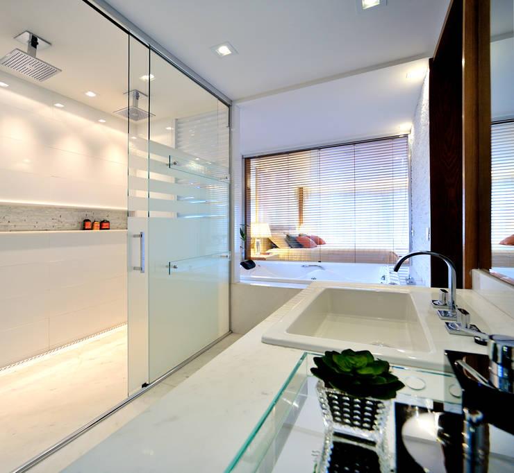 BWC Master Residência RK: Banheiros  por Chris Brasil Arquitetura e Interiores