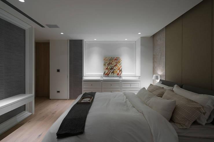 House D 鄧宅:  臥室 by 構築設計