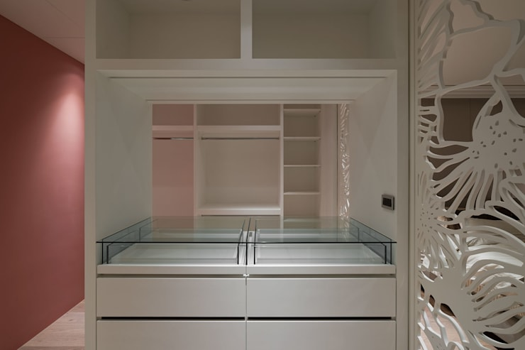 House D 鄧宅:  更衣室 by 構築設計