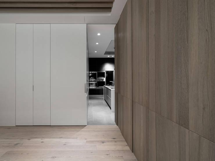 House D 鄧宅:  書房/辦公室 by 構築設計