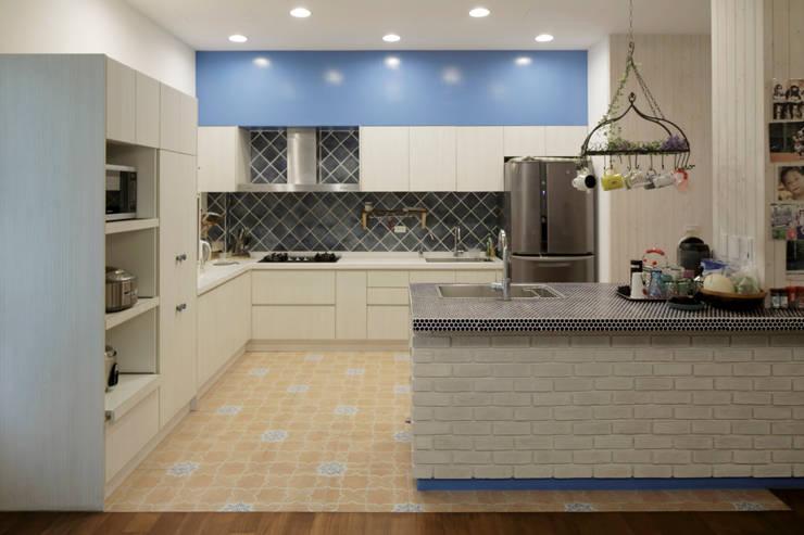 Lake View Villa 湖濱私別墅:  廚房 by DIANTHUS 康乃馨室內設計