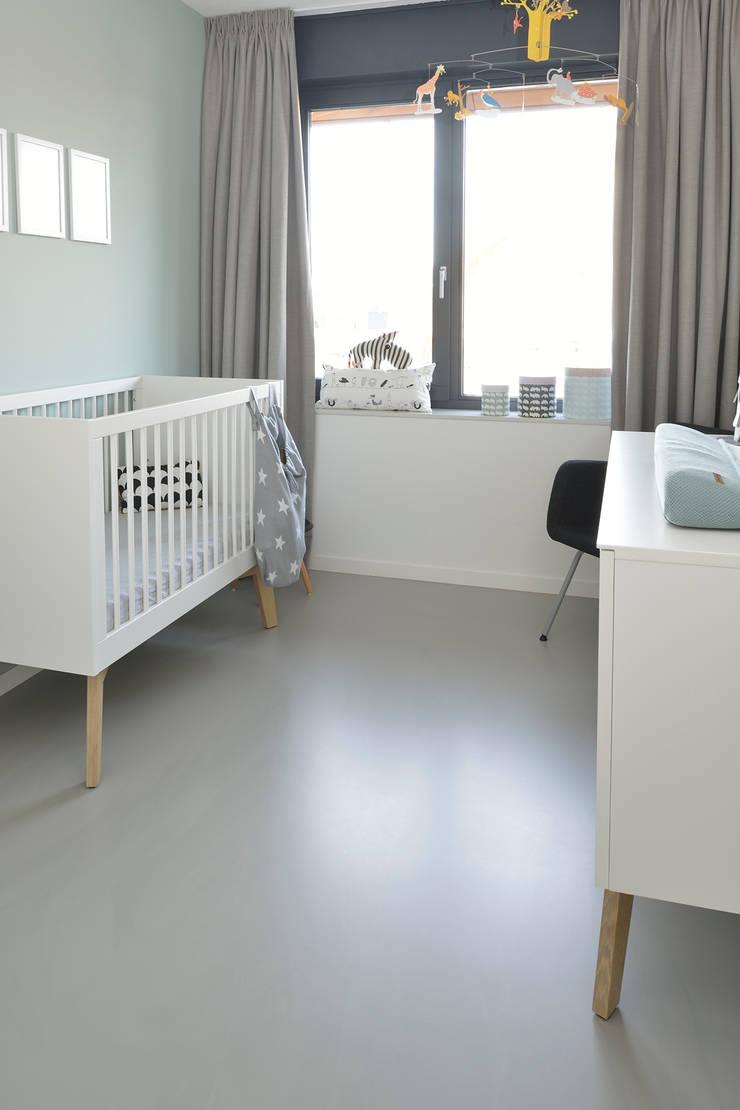 Quartos de bebê  por Ode aan de Vloer