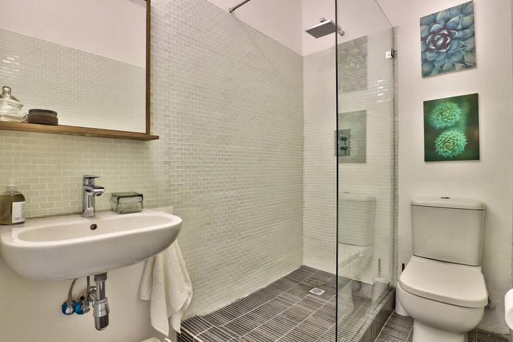 bathroom:  Bathroom by Studio Do Cabo
