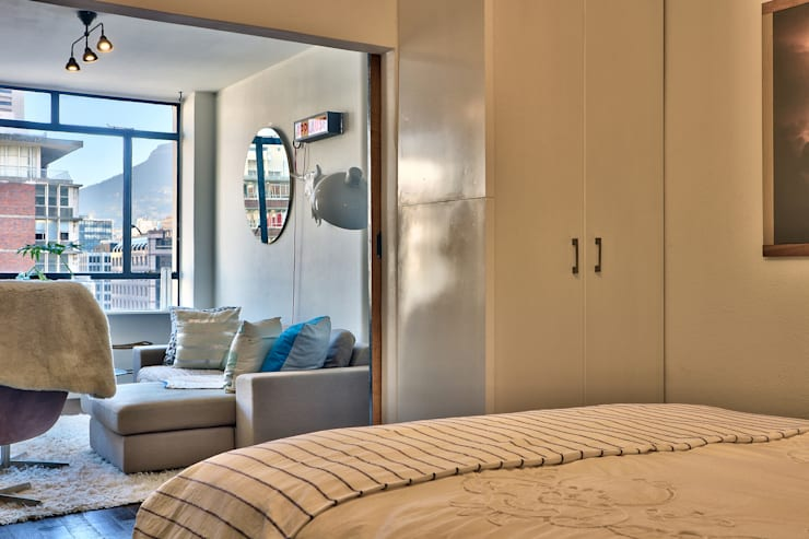 beroom with view of Lion's Head:  Bedroom by Studio Do Cabo, Industrial