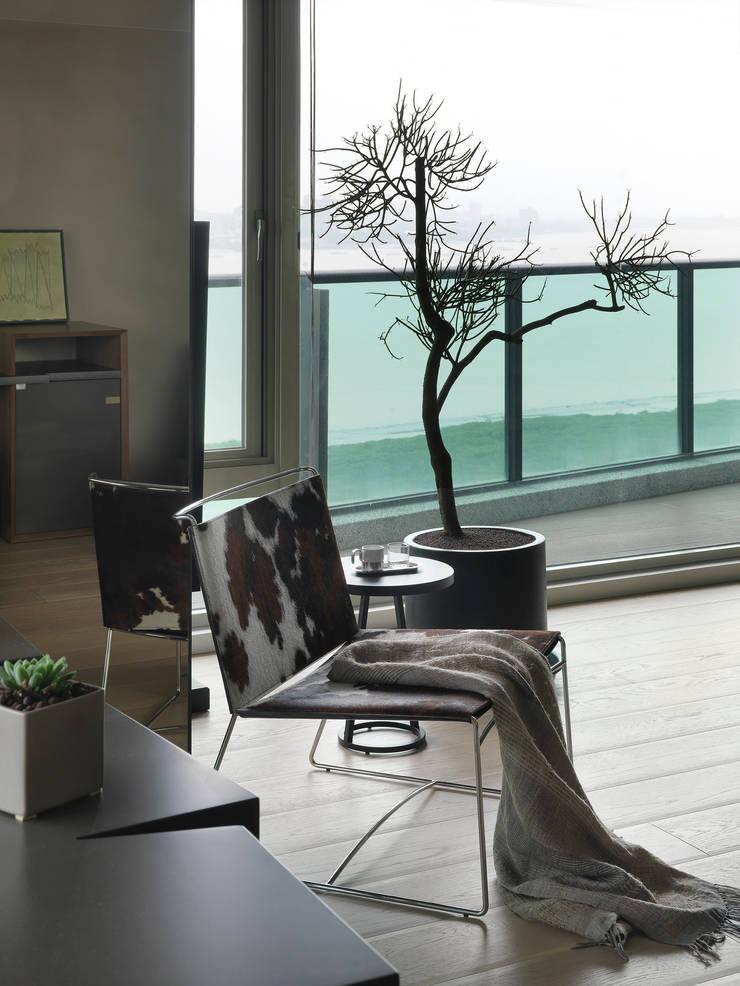 JJ HOUSE:  露臺 by 禾築國際設計Herzu  Interior Design