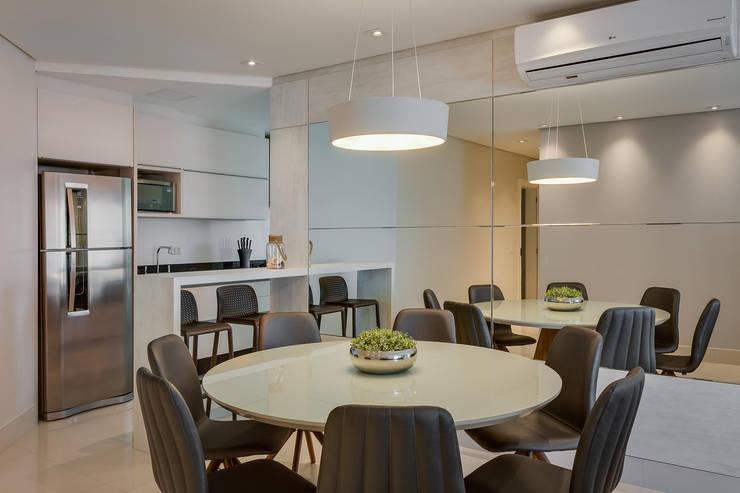 Apartamento Balneário de Caioba: Salas de jantar  por Ediane Tramujas Arquitetura,Moderno