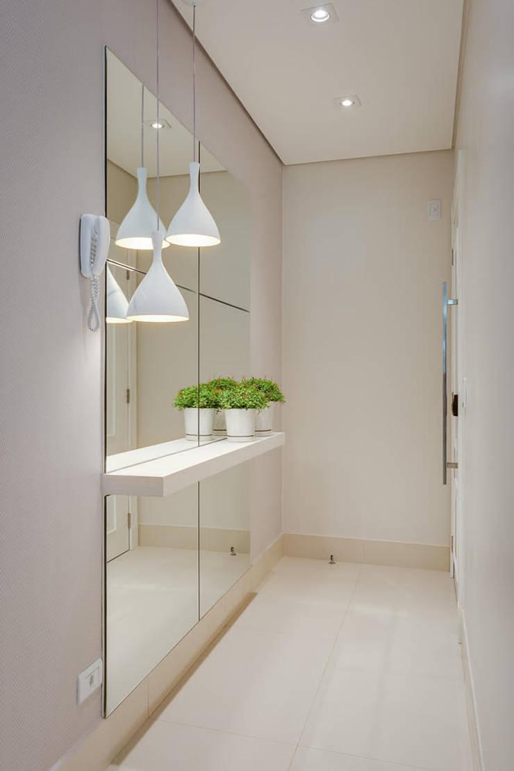 Apartamento Balneário de Caioba: Corredores e halls de entrada  por Ediane Tramujas Arquitetura,Moderno