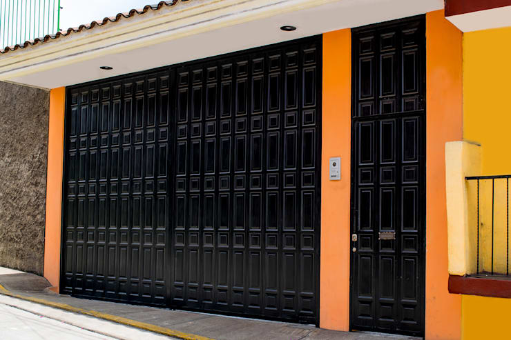 Portón Lamitec: Garajes de estilo  por Lamitec SA de CV