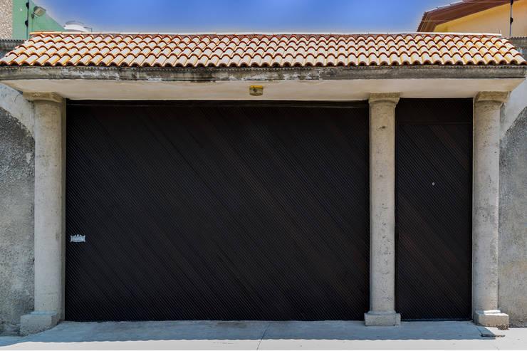 Portón Lamitec AL: Garajes de estilo  por Lamitec SA de CV