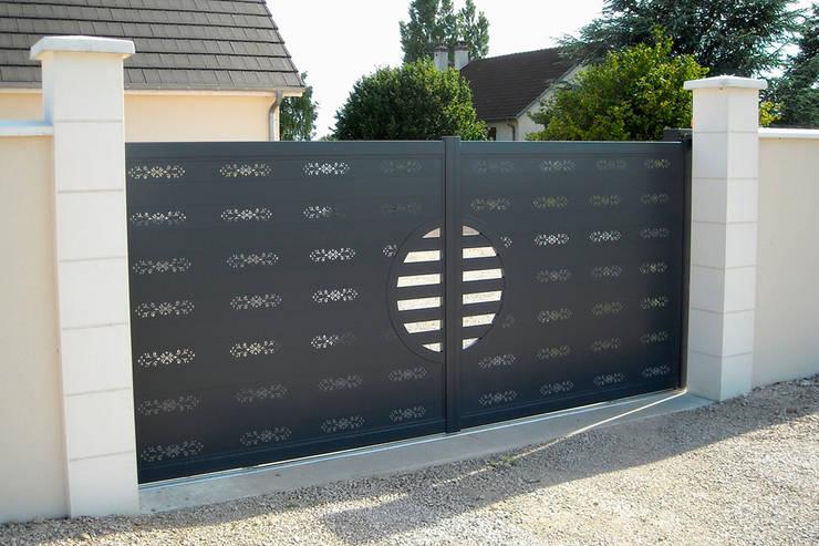 Portón Perfotec: Garajes de estilo  por Lamitec SA de CV