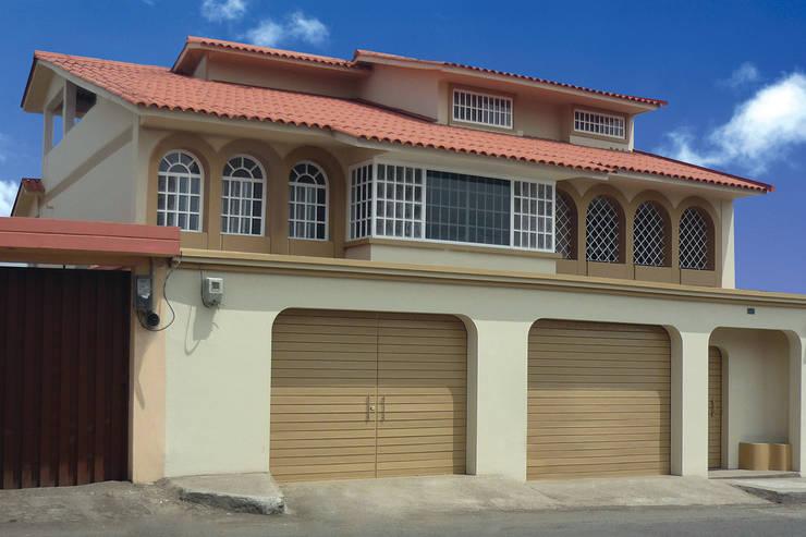 Portón Duelatec: Garajes de estilo  por Lamitec SA de CV