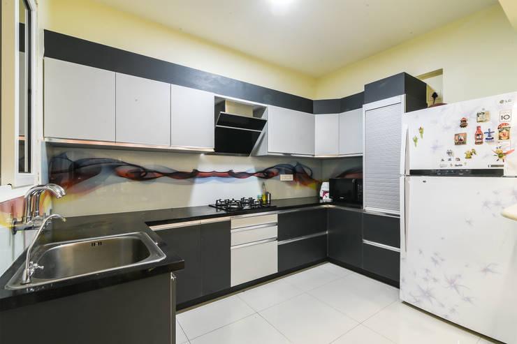 Two BHK - Whitefield:  Kitchen units by Wenzelsmith Interior Design Pvt Ltd