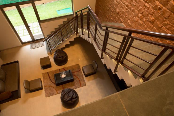 Bungalow- Lavasa:  Corridor & hallway by Aesthetica