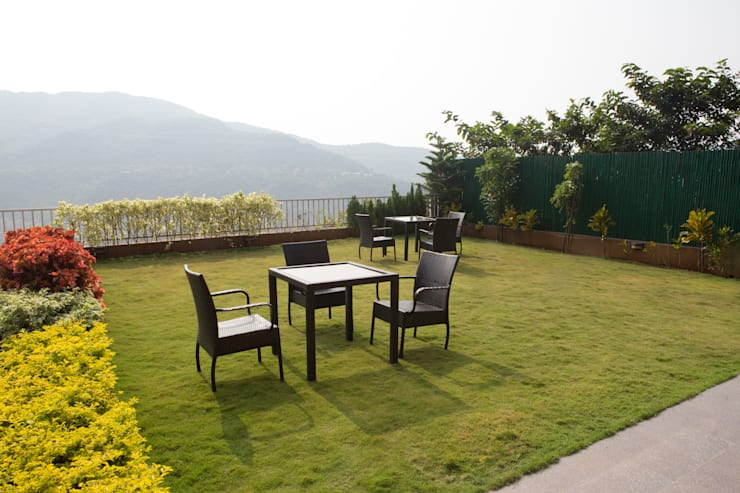 Bungalow- Lavasa:  Front yard by Aesthetica