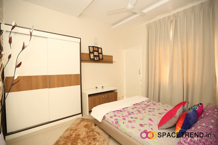 2BHK Flat : eclectic Bedroom by Space Trend