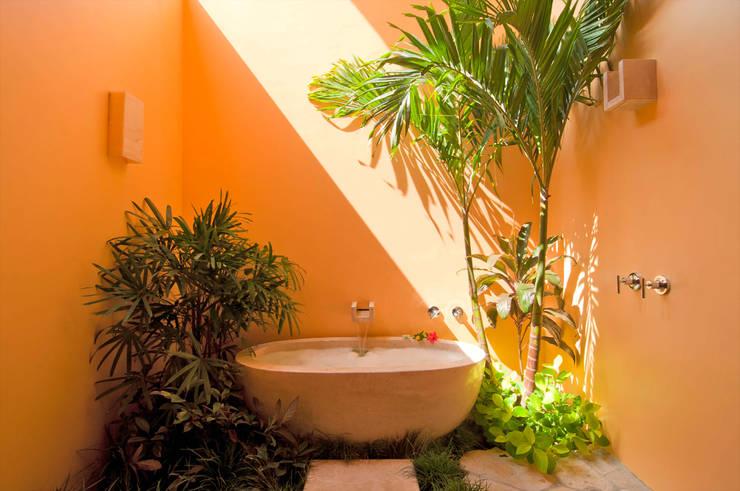 Tina de mármol en Baño con Plantas y palmeras: Baños de estilo  por foto de arquitectura