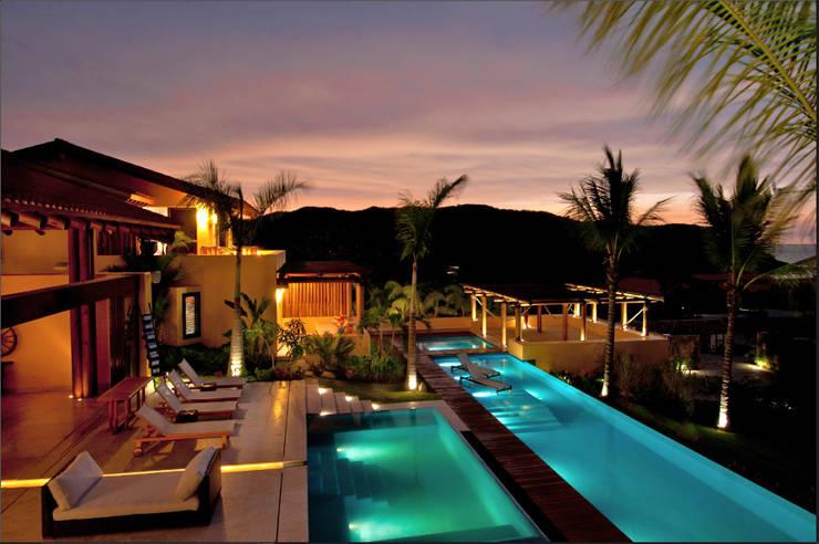 vista nocturna de alberca en Kupuri, Punta Mita: Albercas infinity de estilo  por foto de arquitectura