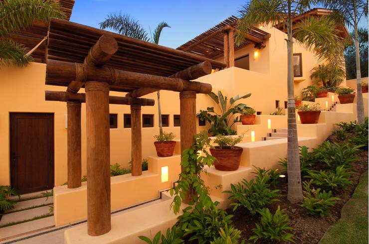 vista lateral de fachada : Villas de estilo  por foto de arquitectura