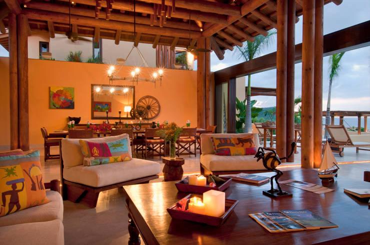 sala y comedor en Punta Mita: Salas de estilo  por foto de arquitectura