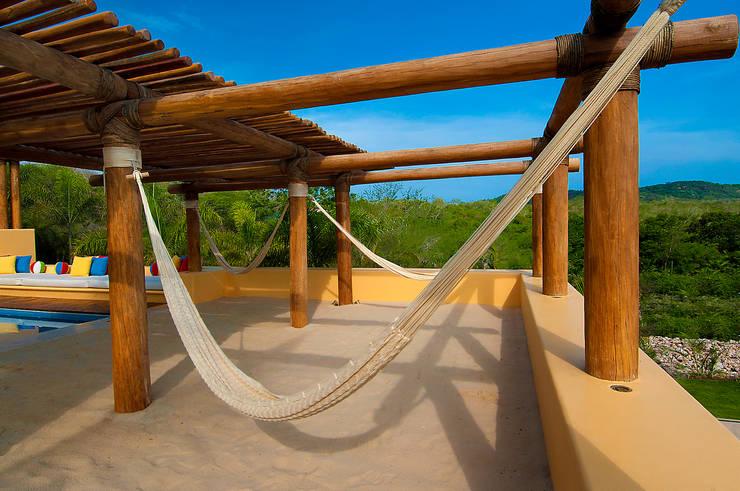 Terraza con Hamacas: Terrazas de estilo  por foto de arquitectura