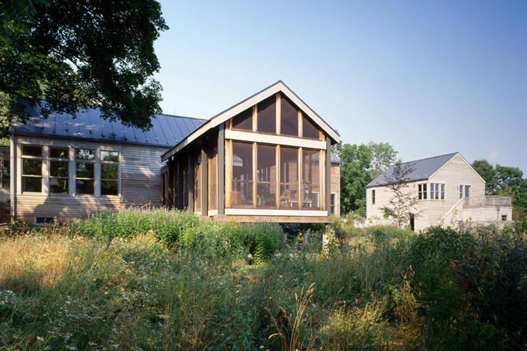 Hayden Lane Residence, Bucks County, PA:  Patios & Decks by BILLINKOFF ARCHITECTURE PLLC
