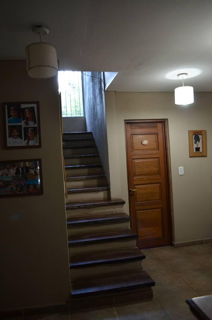 hall: Pasillos y recibidores de estilo  por Arq Andrea Mei   - C O M E I -